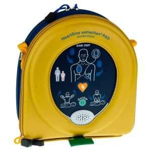 """DEF021 defibrillatore SAMARITAN PAD 350P semi automatico • Compatto e leggero – è il più piccolo defibrillatore automatico in commercio (dal 28 al 56% più piccolo, a seconda del dispositivo al quale viene paragonato) ed il più leggero (1.1kg batteria inclusa) • Facile da usare — La contemporanea presenza di comandi vocali (""""Applicare gli elettrodi"""", """"Non toccare il paziente"""" e """"Il paziente può essere toccato in sicurezza"""") e visivi guida chi lo usa durante tutto il processo di soccorso, anche qualora ci si trovi in ambiente rumoroso o con soccorritore ipoacusico. Inoltre, può essere usato anche senza necessità di estrarlo dallo zainetto di contenimento, riducendo ulteriormente il tempo di attivazione del dispositivo. • Onda bifasica SCOPE – permette al defibrillatore di gestire range di impedenza maggiori rispetto ai dispositivi della concorrenza, offrendo una performance senza precedenti: la migliore terapia salvavita con il più basso livello di effetti collaterali per le cellule cardiache. • Resistente – L'indice di Protezione IP56 è il più alto indice di protezione contro la penetrazione della polvere e di getti d'acqua da qualsiasi direzione disponibile sul mercato: pioggia, scrosci d'acqua, umidità, fango e sporco non influiscono sulle performance del defibrillatore. • Cartuccia Pad-Pak – permette di avere un'unica data di scadenza da controllare, a differenza dei defibrillatori di altre marche. Dopo l'uso oppure dopo 4 anni dalla data di produzione, si sostituisce la cartuccia con ripristino istantaneo dell'operatività della macchina. • Approvazione FDA – grazie ai rigorosissimi standards con i quali il 350P è testato e costruito, HeartSine ha ottenuto l'approvazione della FDA americana, autorizzazione alla commercializzazione nel territorio USA che solo altri 5 produttori al mondo hanno ottenuto. • Garanzia di 10 anni – la garanzia più lunga disponibile sul mercato. • Contenimento dei costi di manutenzione – avendo una garanzia di 10 anni ed un solo consumabi"""